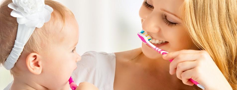 Milchzähne gehören gut gepflegt. Unterstützen Sie Ihr Kind beim Zähneputzen.
