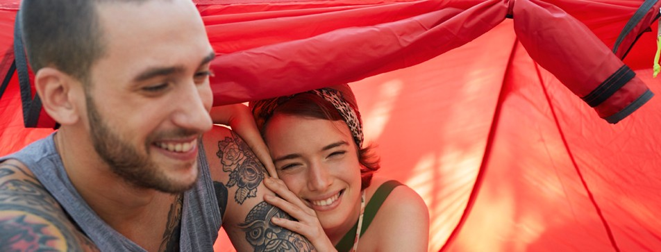 Junges Paar beim Zelten.