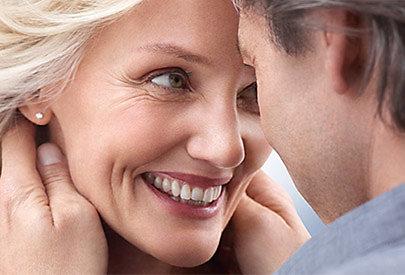 Aufgrund des wechselnden Hormonhaushalts wird die Haut ab einem Alter von 50 Jahren trockener.