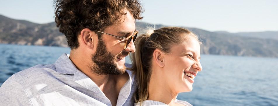 Mann rasiert sich und Frau schaut zu