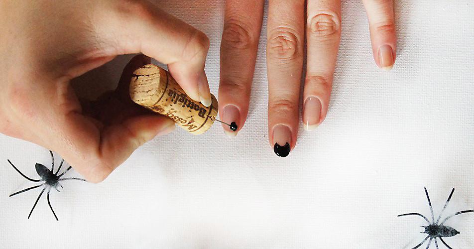 Schritt 1: Unterlack auftragen & Nagelspitzen schwarz lackieren