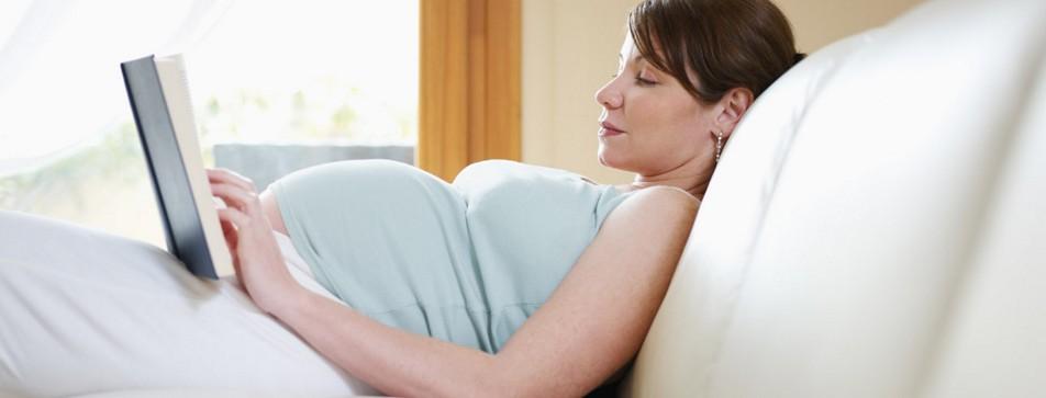 Ein Buch zu lesen ist ein Luxus, den Sie sich in der Schwangerschaft gönnen sollten.