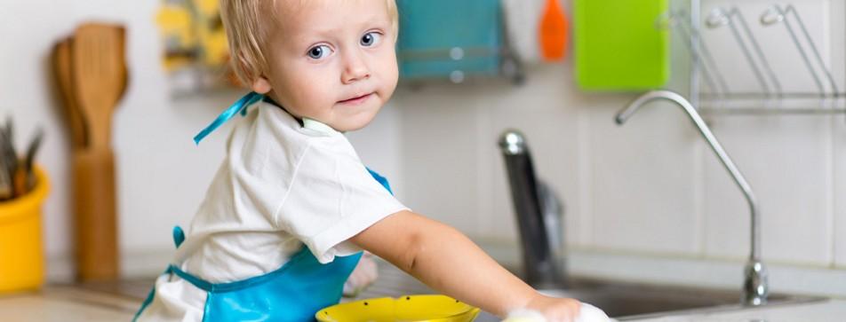 Kind hilft beim Abwaschen.