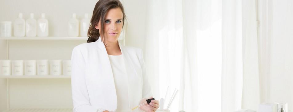 First Skinlab-Gründerin Sabrina Rettenbacher mischt Gesichtscreme
