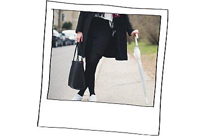 Eleganter street Style mit weißen Sneakers.