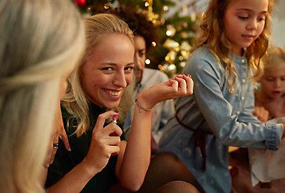 Frau mit Parfum als Geschenk