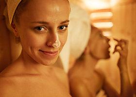 Zwei Frauen in der Sauna