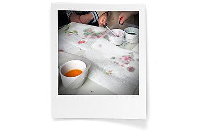 Servietten mit Lebensmittelfarben verschönern