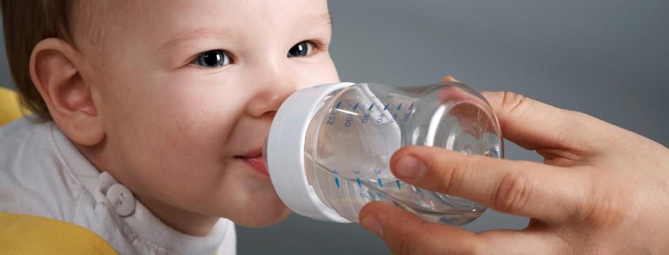 Baby trinkt Fläschchen.