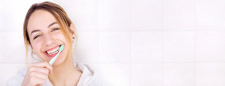 Frau im Badezimmer, die sich die Zähne putzt