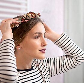 Ein Blumenkranz macht den Look perfekt