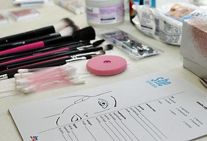 Bei der Beauty Academy werden dm Kundinnen mit Produkten von s.he stylezone geschminkt.