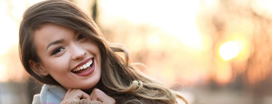Brünette Frau mit weißen Zähnen lacht
