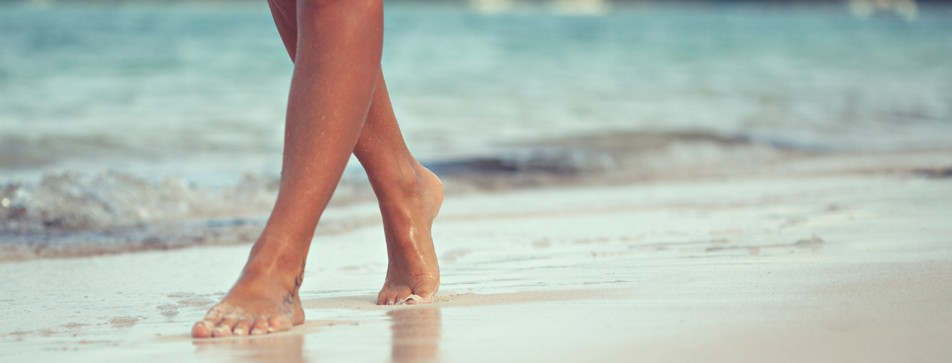 Barfuß gehen und genügend Bewegung tut den Füßen gut.