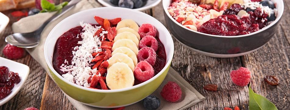 Rezepte: Fruchtige Erdbeer-Bowl, Grüner Smoothie Bowl und Exotischer Mango Smoothie Bowl.
