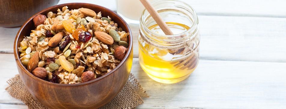 Müsli mit Honig am Frühstückstisch