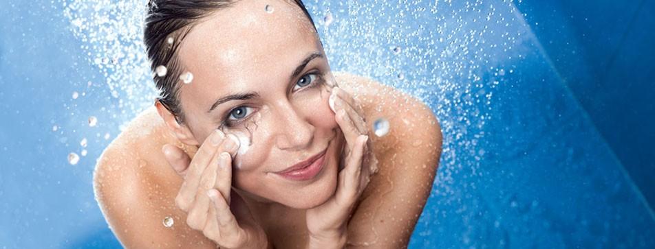 Schnell unter die Dusche - und danach ist man schon gründlich abgeschminkt.