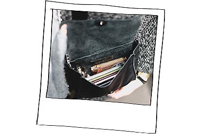 Ein Blick in Hannas Handtasche werfen