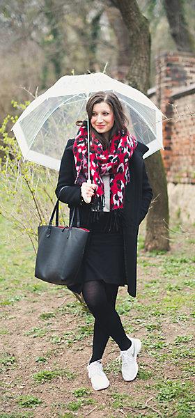 Klassische Basics kombiniert mit rotem Schal.