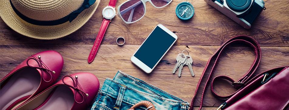 Nützliche Utensilien für die Reise: Schuhe, Handy, Tasche, Fotoapparat, Sonnenhut, Sonnenbrille