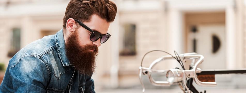 Hipster mit Vollbart und Sonnenbrille