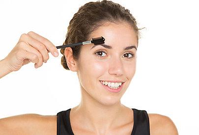 Augenbrauen stylen - der letze Schliff.
