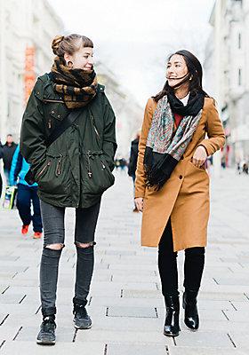Street Style: Zwei Freundinnen gehen durch die Straßen.