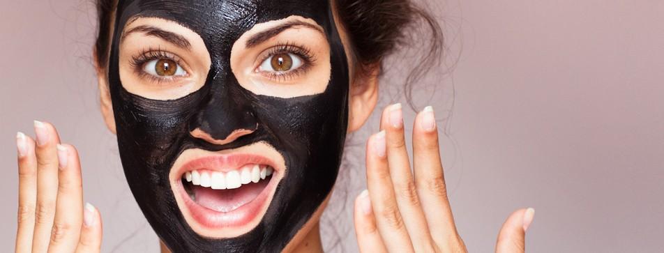 schwarze Gesichtsmasken liegen im Trend