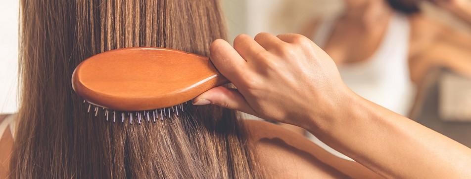 Die richtige Haarbürste finden.