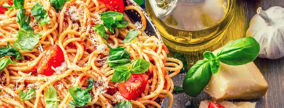 Glutenfreie Nudeln selber machen: Am besten mit einer sommerlichen Pasta-Sauce.