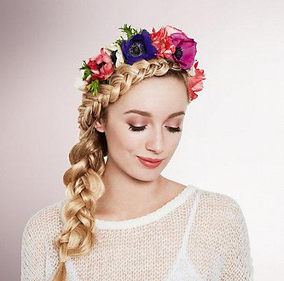 Flechtfrisur mit Blumenkranz: Flower Fringe Band Sommerfrisur mit Blumenkranz