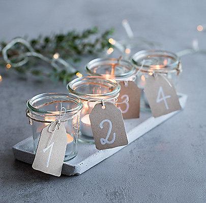 Ein wiederverwertbarer Adventkranz mit Teelichtern in Gläsern