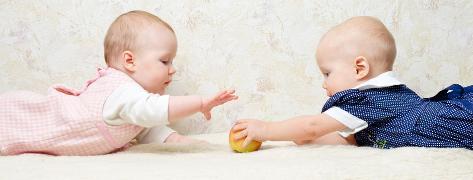 Babys entwickeln schon sehr früh soziale Kompetenzen, unter anderem beim Spielen.