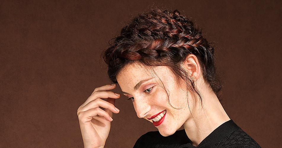Frau mit Flechtfrisur und braunen Haaren