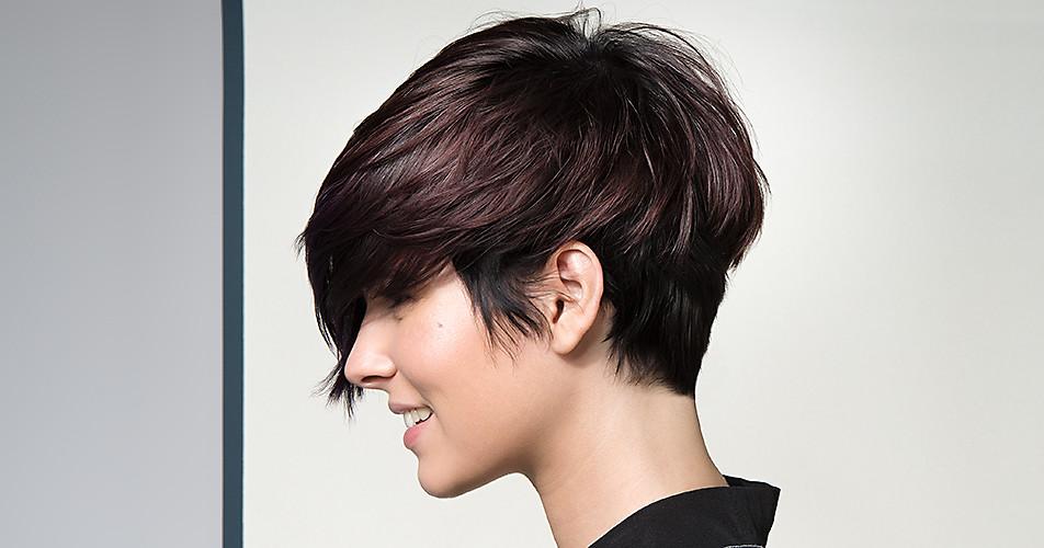Frau mit dunklen Haaren und lässigem Kurzhaarschnitt.