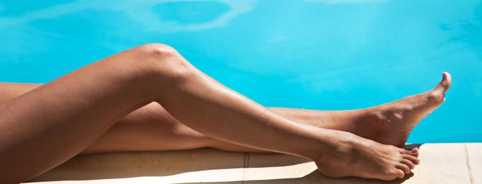 Viele Enthaarungsmethoden führen zu glatten Beinen.