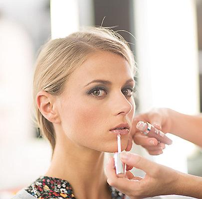 Step 6: Lippen mit einem zarten Nude-Lipgloss leicht betonen.