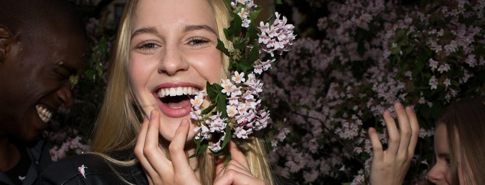 Blonde Frau lacht mit weißen Zähnen