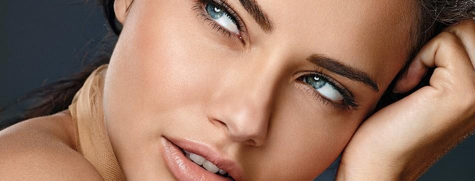 Samtige Pigmente und ein feuchtigkeitsspendendes Gel im mattierenden Creme-Make-up.