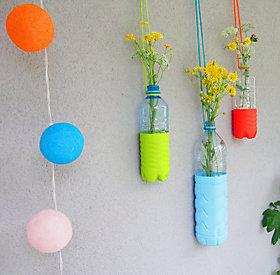 Dekoidee für Balkon oder Garten: Hängende Vasen.