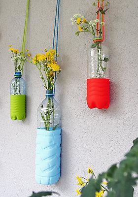 Bastelanleitung für hängende Vasen aus Plastikflaschen.