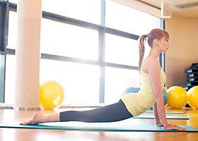 Perfekt für Menschen, die im Alltag viel stehen: Yogaübungen im Liegen.