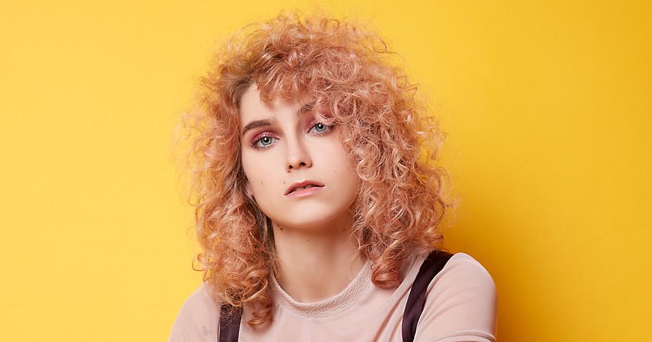 Blazed Blonde mit frischen Locken