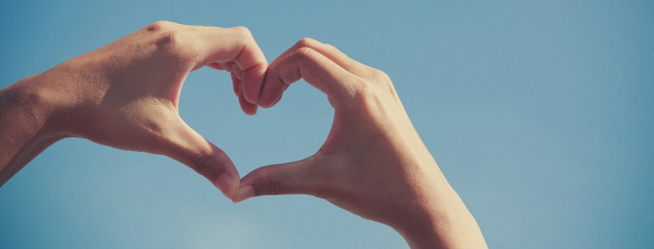 Gepflegte Hände formen ein Herz