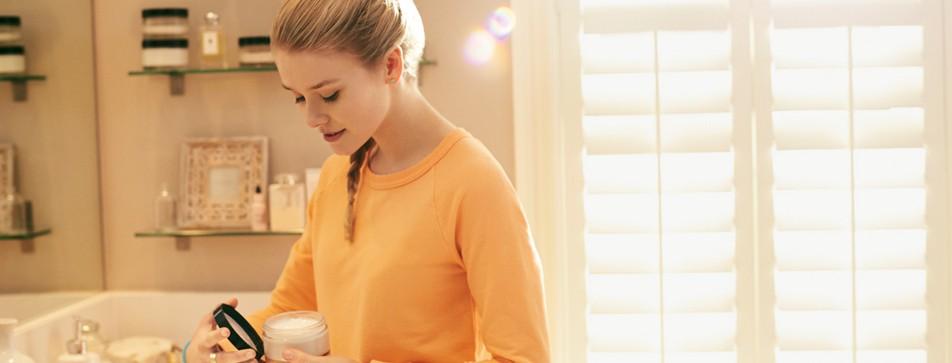 Reinigung, Peeling, Gesichtswasser und Pflegegel: In vier Schritten bekommen Sie fettige Haut unter Kontrolle.