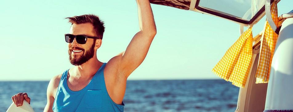 Mann mit Sonnenbrille am Meer