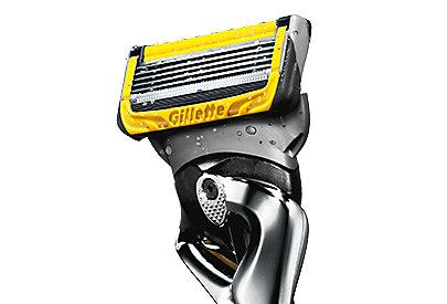 Damit der Rasierer besser über die Haut gleiten kann, hat der Gillette ProShield Streifen vor und nach den Klingen, die Feuchtigkeit abgeben.