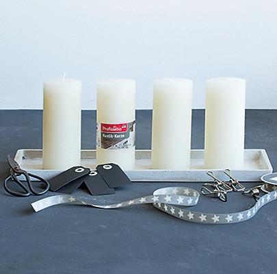 Kerzen, Unterlage, Geschenkband, Metallklammern, Kärtchen für einen Adventkranz