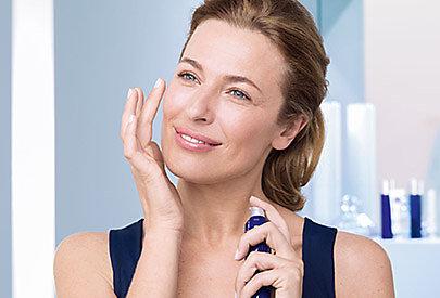 Die richtige Hautpflege hilft, den Zeichen der Hautalterung entgegenzuwirken.