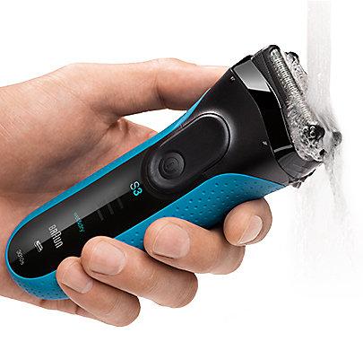 Der Braun Series 3 Rasierer kann unter der Dusche verwendet werden und schnell unter fließendem Wasser abgespült werden.